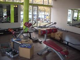 Wubb.berlin vollgestelltes Fitnessstudio vor einer Geschaeftsaufloesung in Berlin Spandau